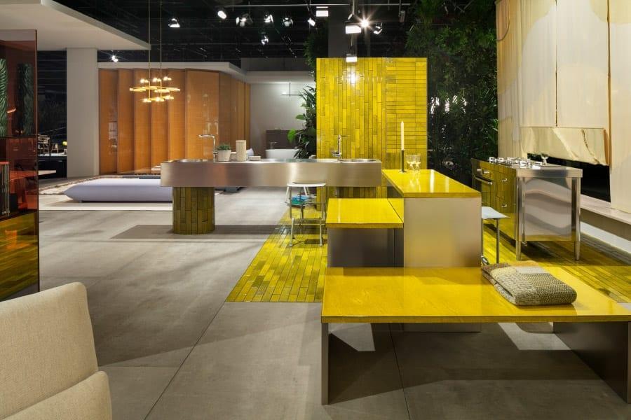 O espaço mais ativo e central da casa em Das Haus era a cozinha, uma área com cores vitais e uma luz intensa