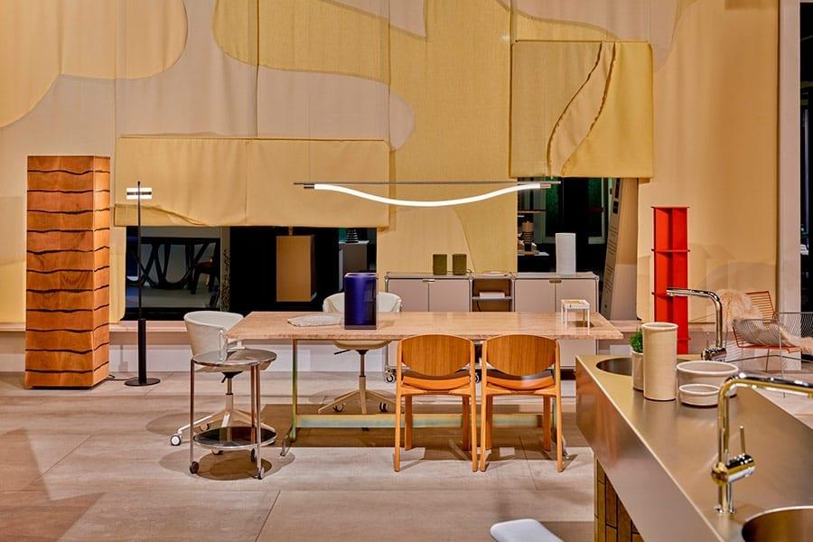 Os designers eliminaram paredes divisórias fixas em Das Haus, substituindo-as por zonas habilmente sintonizadas entre si em materiais, cores e dimensões