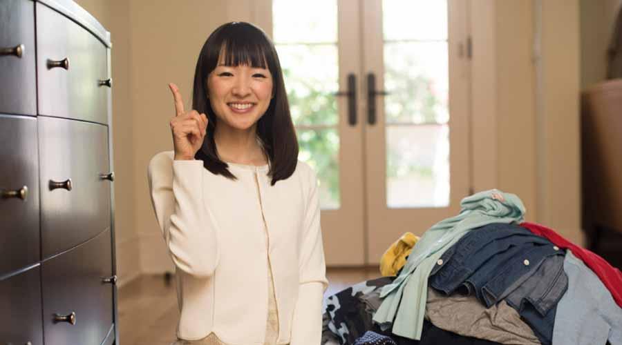 Enquanto a maioria das pessoas ajusta uma pequena área de cada vez, Marie Kondo atua nas categorias, começando com roupas